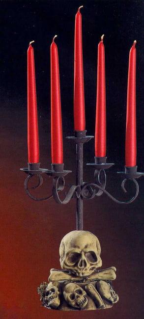 Fünfarmiger Kerzenleuchter mit Totenschädel
