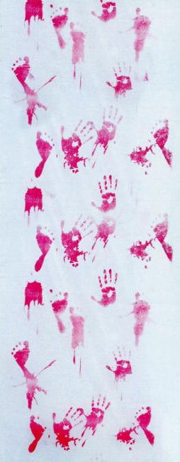Dekostoff mit blutigen Hand und Fußabdrücken