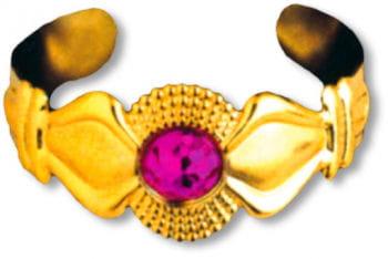 Goldener Armreif mit Stein