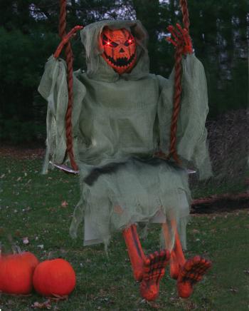 Leuchtender Kürbis Zombie auf Schaukel 90 cm