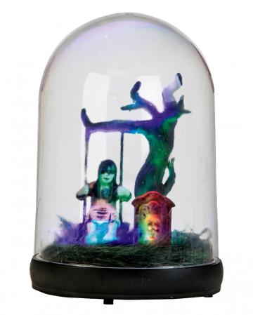 Geistermädchen auf Schaukel unter Glaskuppel