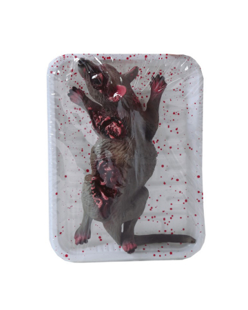 Blutige Ratte in Frischhalte Folie als Gruseldeko