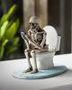 Skelett auf der Toilettenschüssel